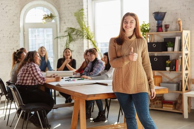 Primo piano di donne che preparano poster sui diritti e l'uguaglianza delle donne in ufficio