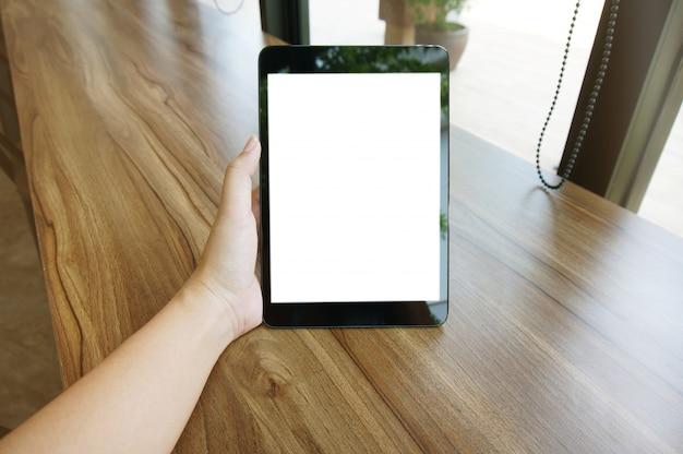 Close up delle mani delle donne in possesso di schermo vuoto schermo copia spazio. telefono astuto con concetto di tecnologia.