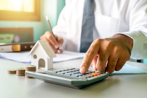 Primo piano di donne che usano calcolatrici e prendono appunti, relazioni contabili, idee per il calcolo dei costi e risparmio di denaro.