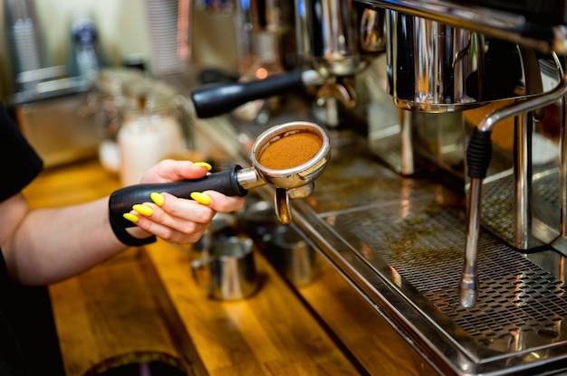 Primo piano di legno e ancora macchina per caffè espresso a leva