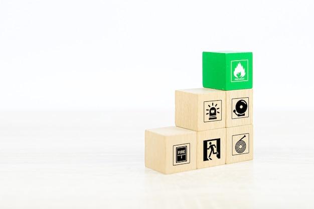 Pila di blocchi di legno del primo piano con l'icona di prevenzione del fuoco