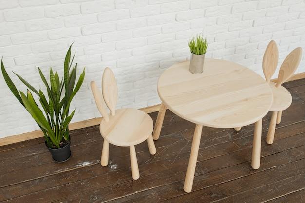 Chiuda in su della scrivania in legno in camera disposta in materiali e colori naturali