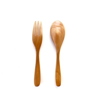 Chiudere una forchetta e un cucchiaio di legno isolati su sfondo bianco