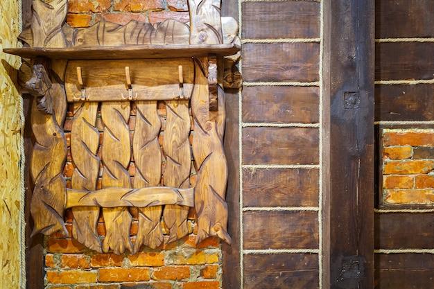 Primo piano di appendini in legno per abiti superiori, realizzati a mano in legno nel corridoio della casa