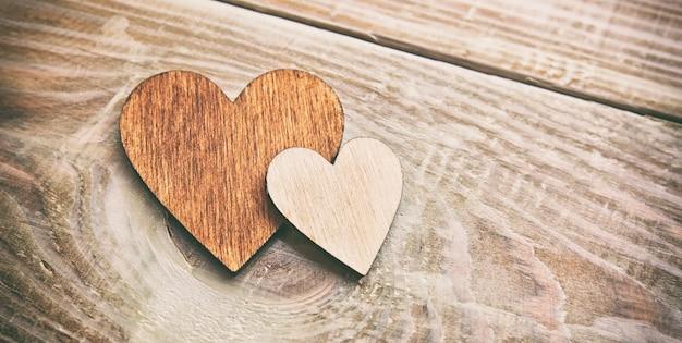 Chiuda in su cuori di legno sulla tavola di legno
