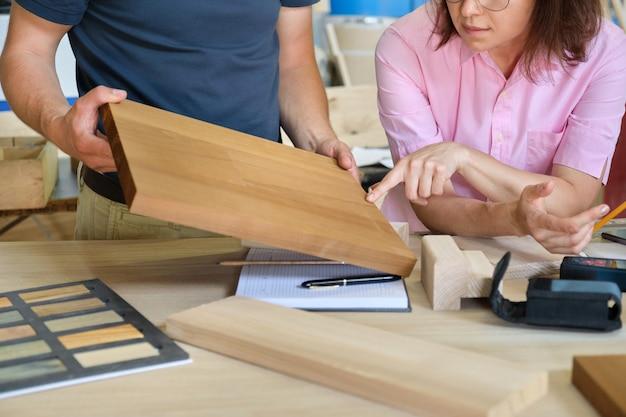Chiuda sul lavoro nel laboratorio di mobili di falegnameria