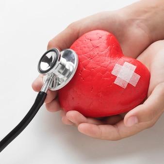 Concetto di giornata mondiale del cuore del primo piano con lo stetoscopio