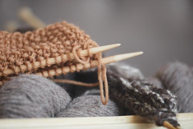 Close-up di filati e aghi per lavori a maglia