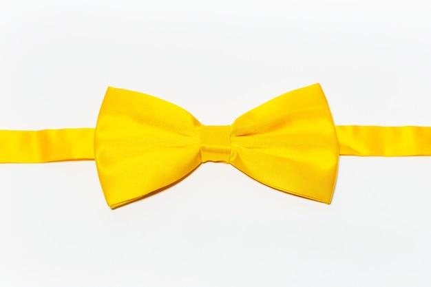Close-up di farfallino giallo su bianco.
