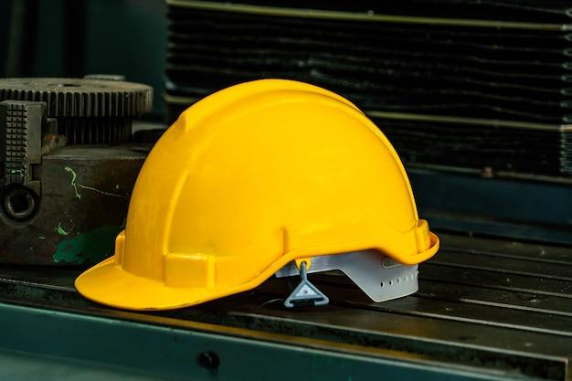 Primo piano di un casco di sicurezza giallo