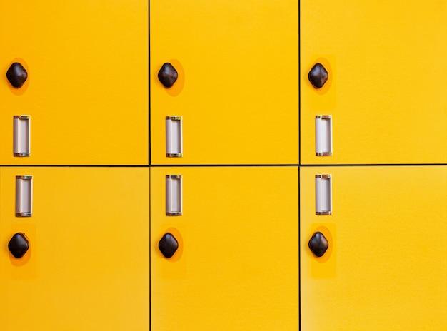 Primo piano giallo diverse file di armadietti in fabbrica