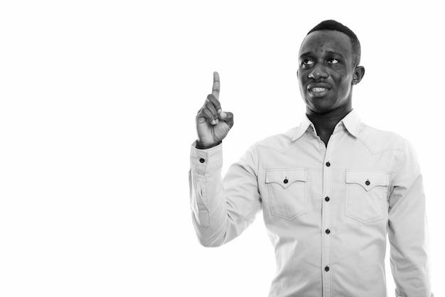 Primo piano di giovane uomo d'affari africano isolato