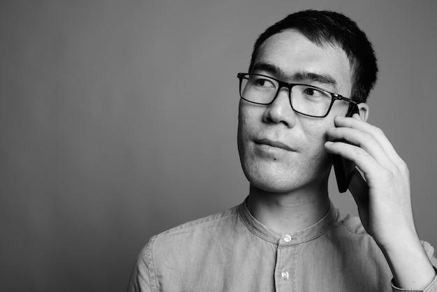 Primo piano di giovane imprenditore asiatico indossando occhiali da vista