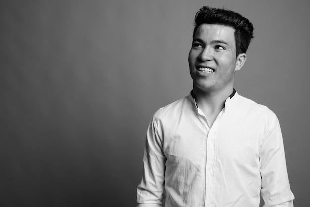 Primo piano di giovane uomo d'affari asiatico che indossa una camicia bianca