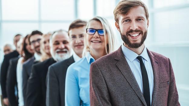 Avvicinamento. giovane uomo d affari in fila per un colloquio