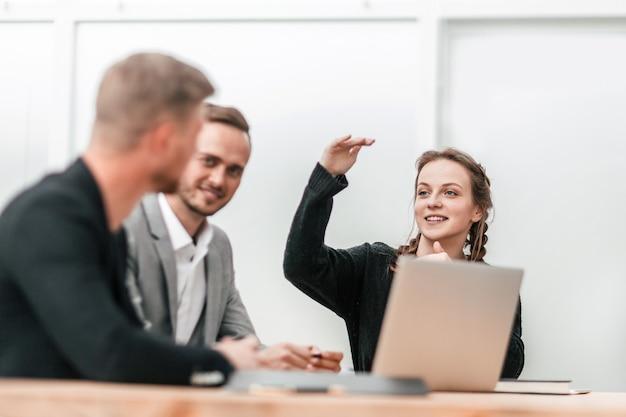 Avvicinamento. una giovane donna d'affari fa una relazione in una riunione di gruppo