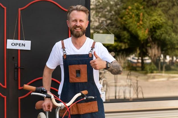 Primo piano sul giovane imprenditore nel negozio di biciclette