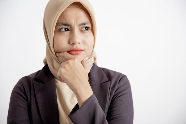 Close up giovane imprenditrice sorridente cerca di capire l'espressione concetto di lavoro d'ufficio isolato sfondo bianco