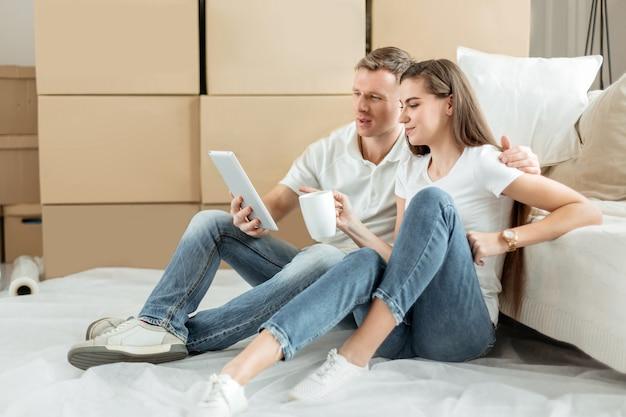 Avvicinamento. giovane coppia che effettua ordini in un negozio online