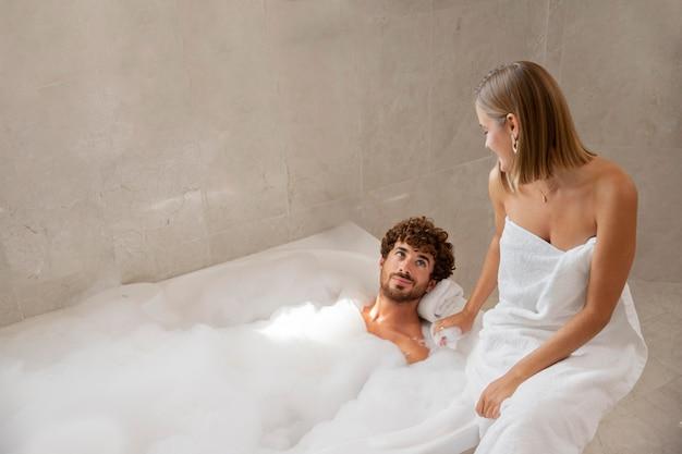 Primo piano su una giovane coppia che fa il bagno