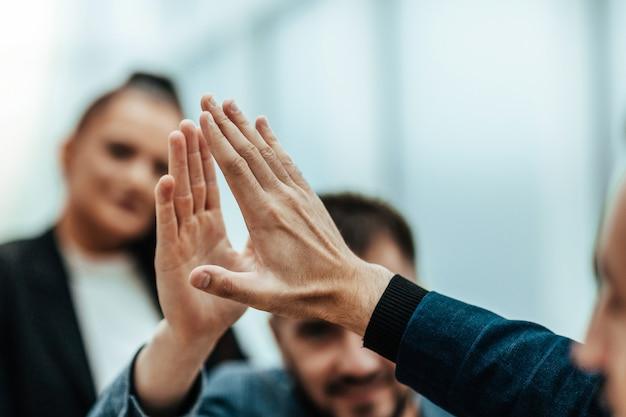 Chiudere i giovani dipendenti che si danno il cinque a vicenda