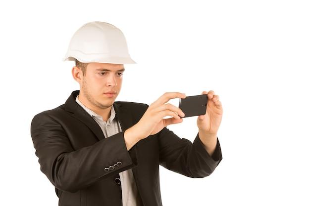 Primo piano giovane ingegnere che scatta foto usando il telefono