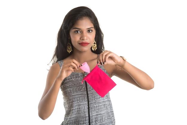 Primo piano delle mani della ragazza che tengono la coppetta mestruale, concetto di ginecologia