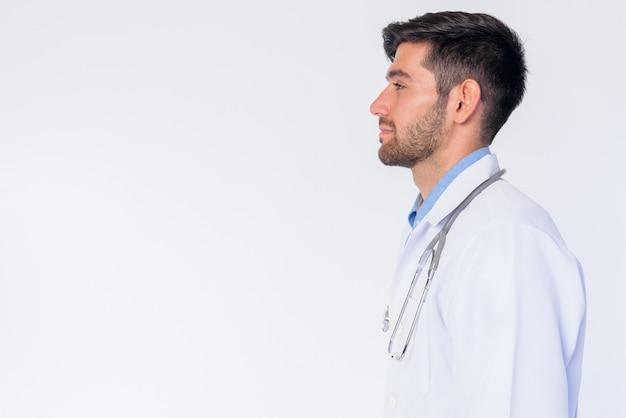 Chiuda in su del medico dell'uomo persiano barbuto bello giovane isolato