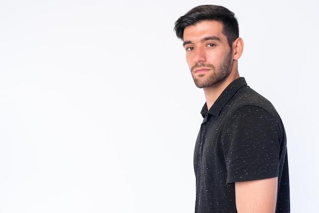 Chiuda in su di giovane uomo persiano barbuto bello isolato
