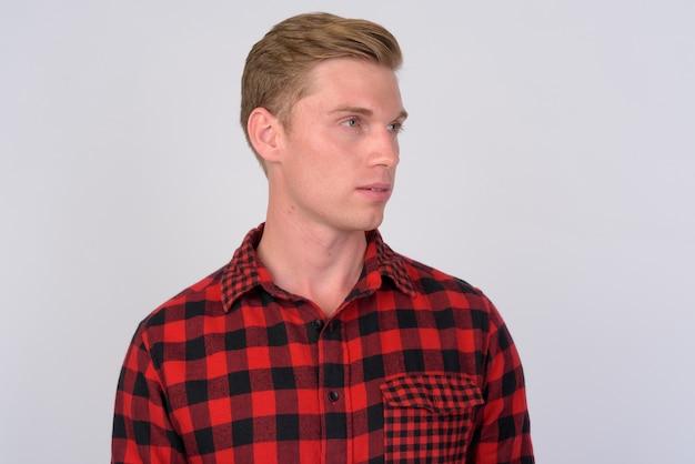 Primo piano di giovane uomo bello hipster con capelli biondi isolato