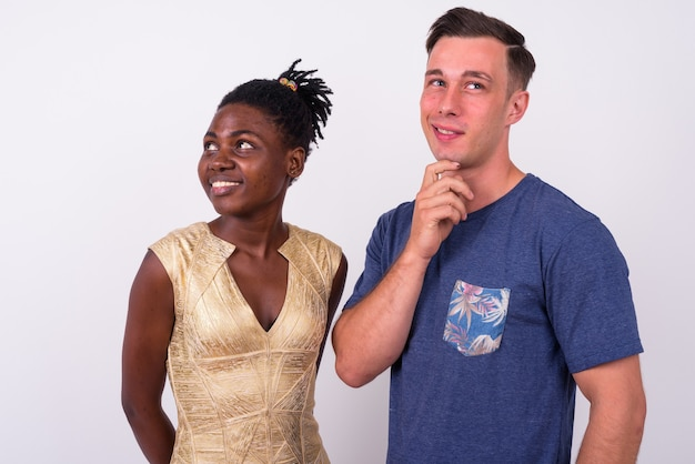 Primo piano di giovane uomo bello e giovane donna africana insieme e innamorato isolato