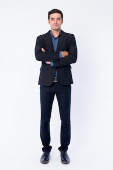 Chiuda in su di giovane uomo d'affari persiano bello in vestito isolato