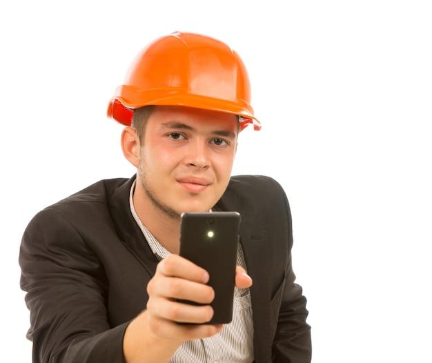 Primo piano giovane ingegnere maschio che scatta una foto mobile mobile