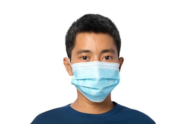 Primo piano di giovane maschio che indossa una maschera protettiva isolata su sfondo bianco. tracciato di ritaglio.