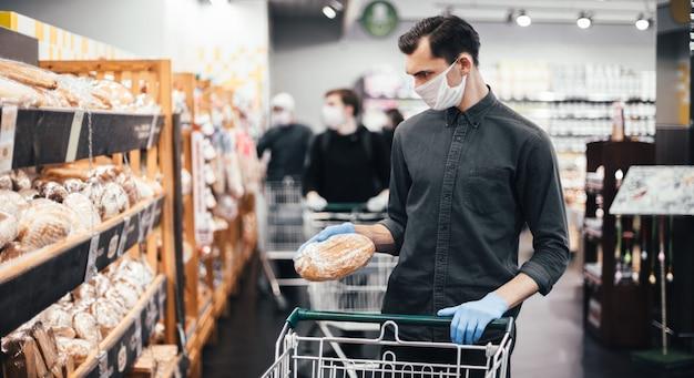 Primo piano giovane che compra pane in un supermercato
