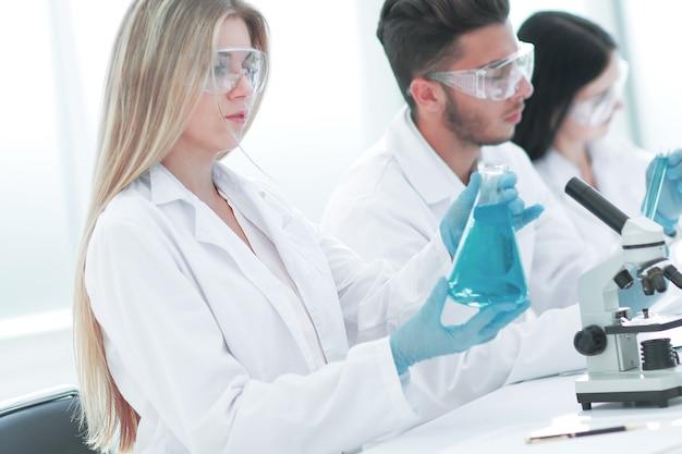 Close up.giovani scienziati stanno sperimentando con il liquido. scienza e salute