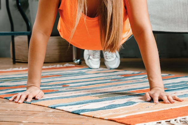 Primo piano della giovane donna va a fare sport a casa