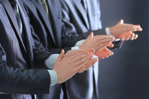 Primo piano di un gruppo di uomini d'affari che applaudono in piedi