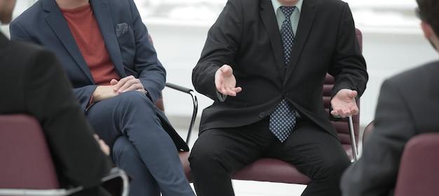 Close upbusiness partner discutendo i termini contrattuali incontro di lavoro