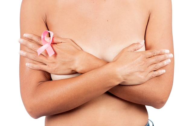 Chiudere la visualizzazione della donna con nastro rosa cancro consapevolezza del seno