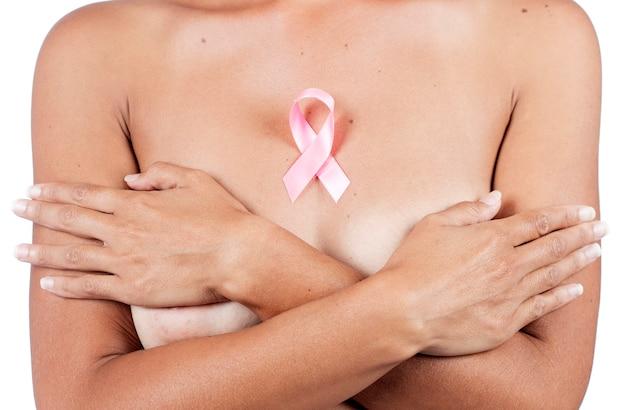 Chiudere la visualizzazione della donna con nastro rosa cancro consapevolezza del seno Foto Premium