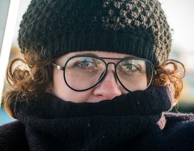 Chiusura della donna con cappello e occhiali