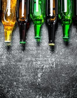 Bottiglie di birra chiuse. su fondo rustico