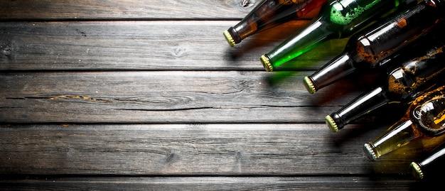 Bottiglie di birra chiuse sulla tavola rustica