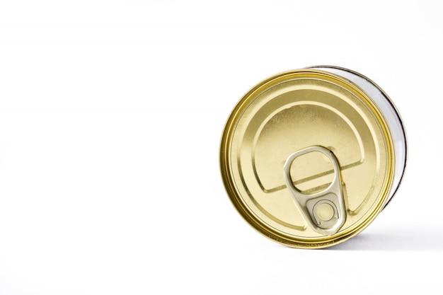 Latte chiuse delle conserve isolate sullo spazio bianco della copia