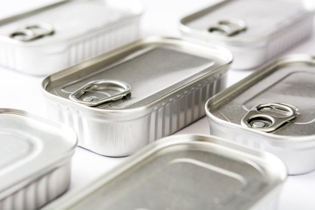 Latte chiuse delle conserve isolate su bianco