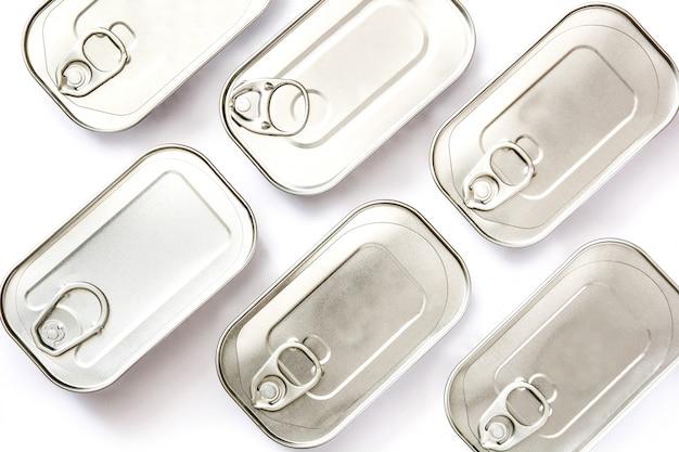 Latte chiuse del modello delle conserve isolato su bianco