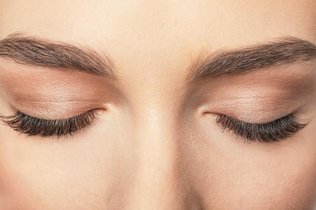 Occhi femminili chiusi con ciglia lunghe, primo piano