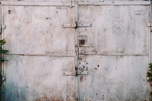 Particolare del cancello del garage metallico chiuso ruggine imperfetto