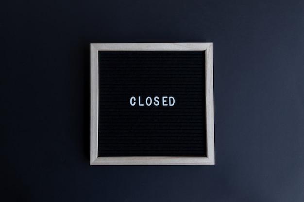 Preventivo chiuso su una tavola con cornice in legno su uno sfondo colorato
